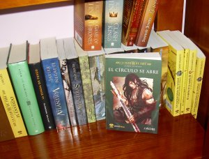 Una imagen de mi estantería con los libros arriba mencionados.